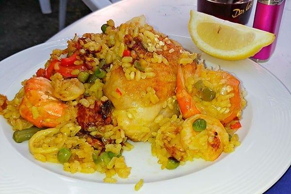 Spanische Paella und Sangria